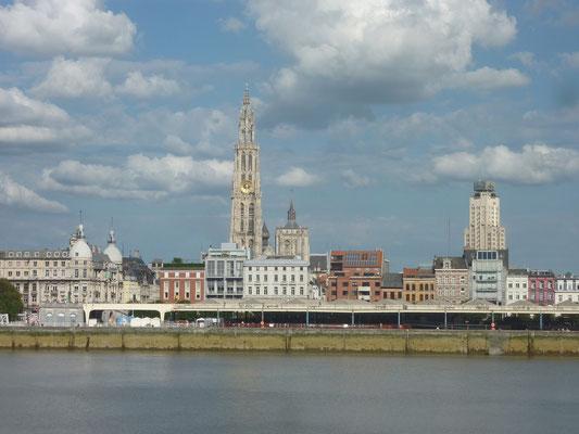 Blik op Antwerpen vanaf de westoever