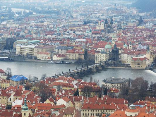 Uitzicht over de Karelsbrug en Praag vanaf de Petrin uitkijktoren