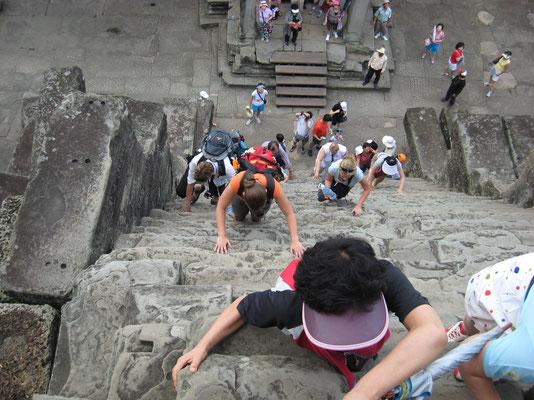 Angkor Wat - steile klim, is inmiddels gesloten