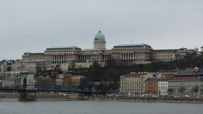 Het Burchtpaleis, gelegen boven de Kettingbrug over de Donau