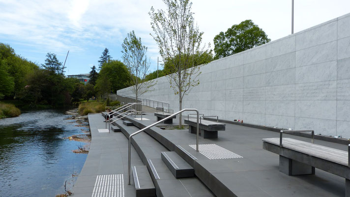 Earthquake Memorial, met de namen van de slachtoffers