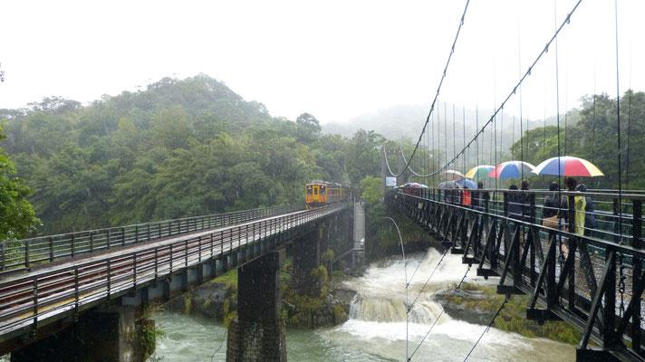 Regen onderweg naar de waterval