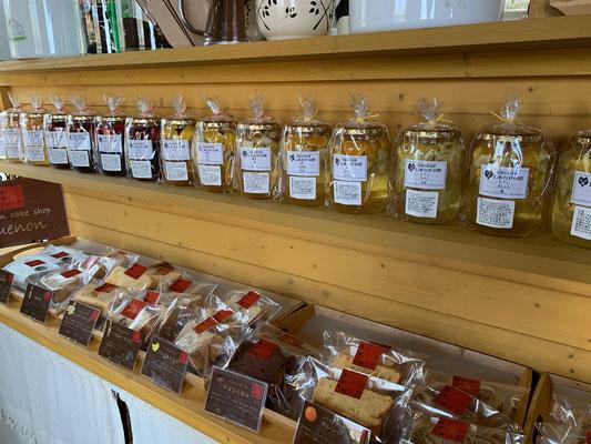 店内では果実酢やシフォンケーキを販売