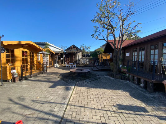 3店舗と中庭の風景