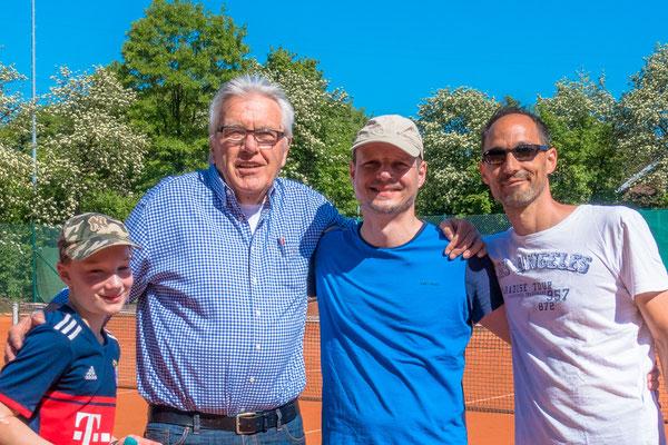 Die Jugendwarte Mischa Hammann und Marcel Masson mit Rolf Sieber, dem Vertreter des FFT