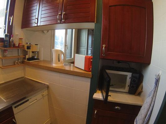 Machine à café, bouilloire, grille-pain, micro-ondes