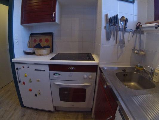 Four électrique, plaques vitrocéramique, réfrigérateur, placard sous-évier