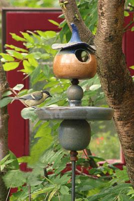Stele mit Vogeltränke und Futterhäuschen