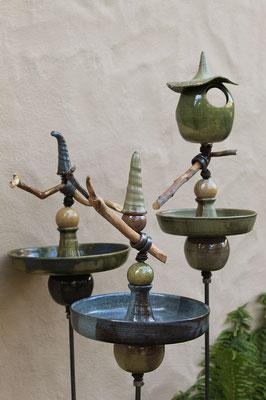 Stelen: Vogeltränken und Vogeltränke mit Futterhäuschen