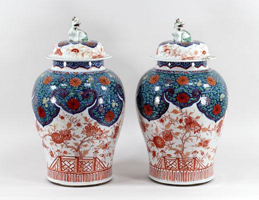 Adjugé 16 540 € - Deux POTICHES en porcelaine, époque Kangxi 1681-1760), Chine, H : 60 cm