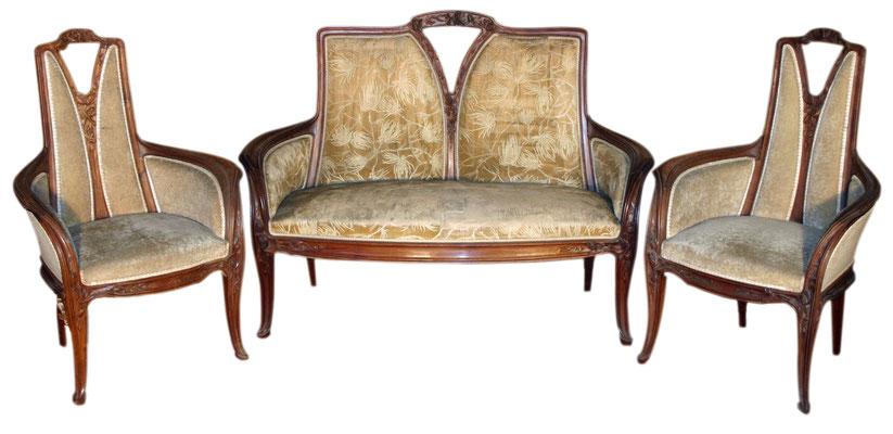 Adjugé 13 635 € - MAJORELLE Louis, SALON en acajou à décor de pommes de pin, vers 1900
