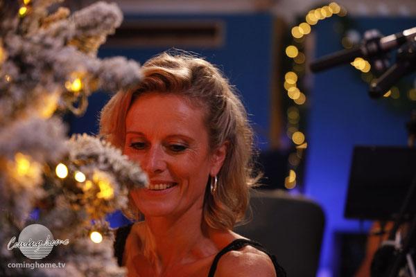 Frau App schmückt den Studio-Weihnachtsbaum - und kann nicht glauben, dass es weihnachtet.