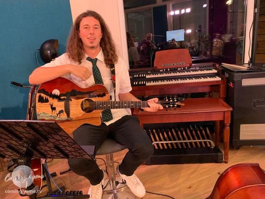 Christian, der Spielmann, auf einem neumodischerem Saiteninstrument, der Gitarre.