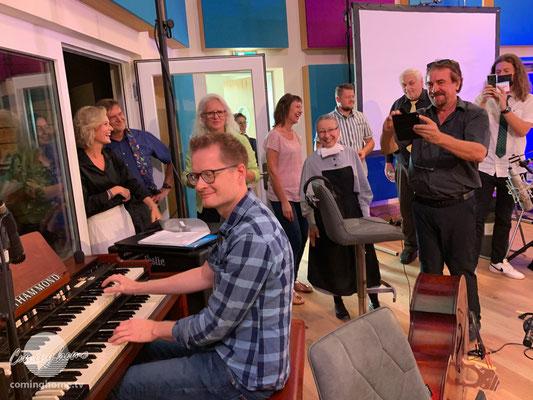 Ray mit einem Pausensolo an der Hammond-Orgel. Selbst Kameramann Ray (re.) zückt sein Handy.