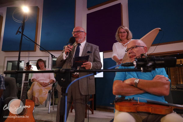 Anmoderation für Silvia Lenzing (im Hintergrund), die ihre Veeh-Harfe mitgebracht hatte!