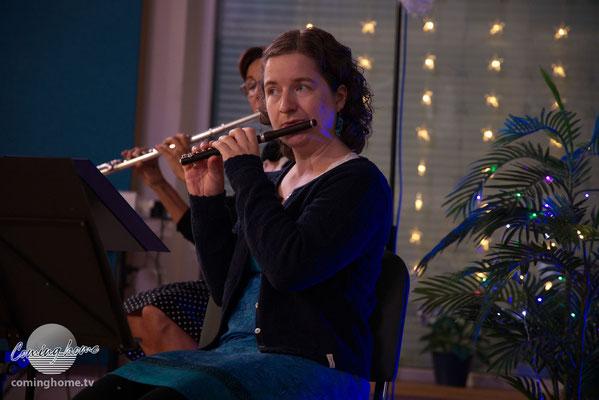 Debora und Susanne (verdeckt) mit Flöten-Begleitung.