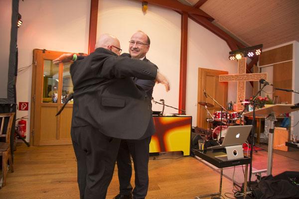 Gideon-Geschäftsführer Johannes Wendel macht Leibesvisitation (ob ich auch ein Gideontestament dabei habe)