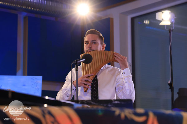 David Löwen. Multi-Talent an den Instrumenten. Hier mit Pan-Flöte.