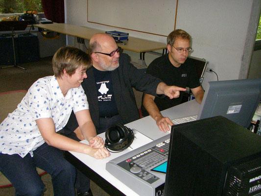 Dagmar Benkheuser hört sich ihre Akkordeon-Aufnahmen an, rechts Markus Stradner