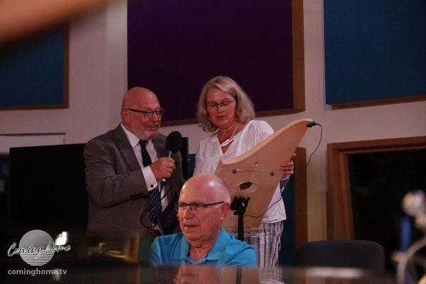 Waldemar lässt sich von Silvia Lenzing die Veeh-Harfe erklären ...
