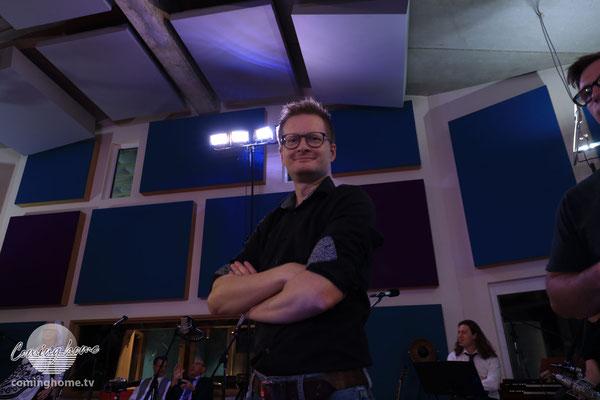 Studio-Chef und Tonmaster Raimund Häveker guckt zufrieden.