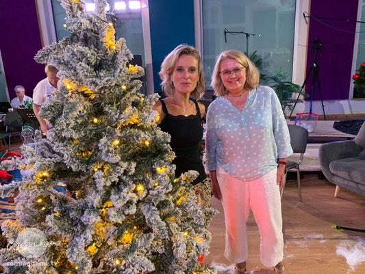 Silvia Lenzing (re.) schmücken mit Hingabe den Weihnachtsbaum.