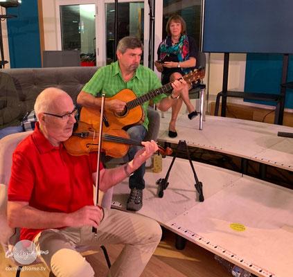 Gitarre und Geige mit Dieter und Peter. Im Hintergrund Doris Kühn, Chorsängerin.