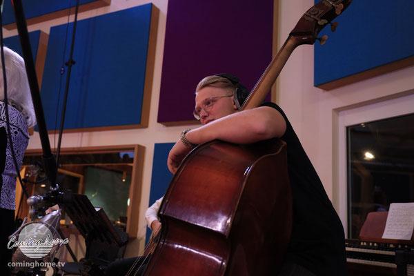 Kontrabassist Erich Wall hatte sich nach drei Tagen den Finger wund gespielt, so legte er sich ins Zeug!