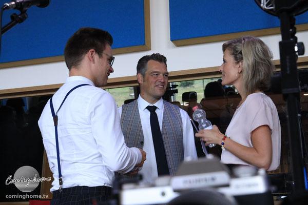 Johann Thießen, Chrigi Eckhardt und Bianca App in einer kurzen Lage-Besprechung.