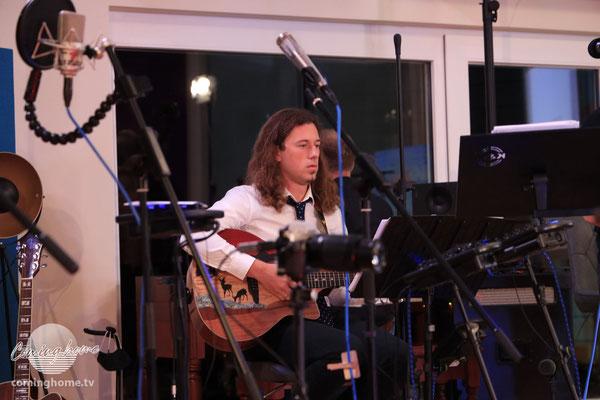 Christian Schmidt mit seiner Cominghome-Gitarre.