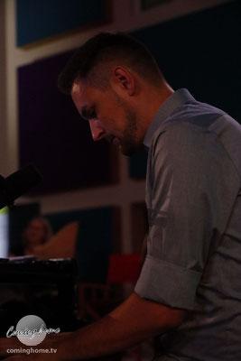David Löwen mit sanften Harmonien am Piano. (Bild wird noch besser belichtet).