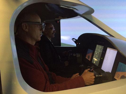 Konzentrierte Teilnehmer testen die Eyetracking-Brille gleich selbst im Simulator.