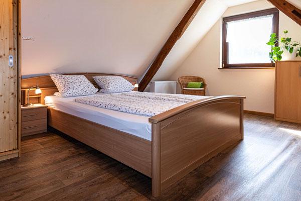 Doppel-Schlafzimmer Ferienwohnung Lindenbaum Obsthof Isenmann