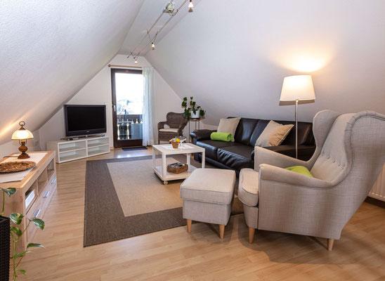 Wohnzimmer mit TV Ferienwohnung Lindenbaum Obsthof Isenmann