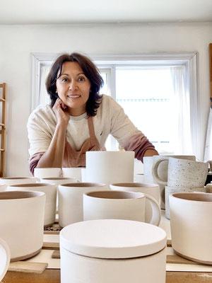 Imre Bergmann stellt Tassen, Kuchenplatten, Schalen undTeekannen aus Keramik her