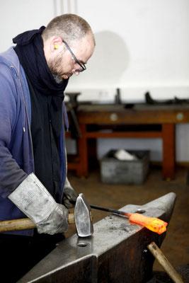 David Kaiser schmiedet farbige Damaszenermesser