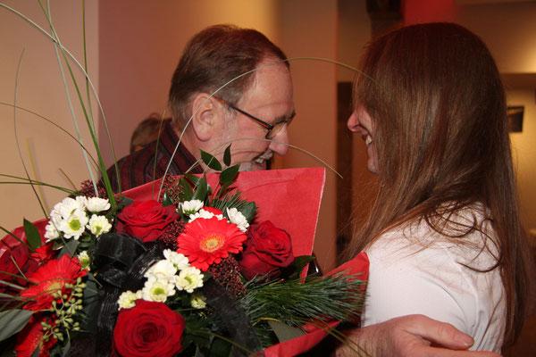 Der Vorsitzende des TSV Peter Doktorowski gratuliert