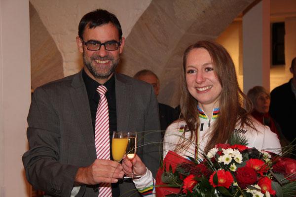Bürgermeister Ralpf Edelhäußer ist der erste Gratulant