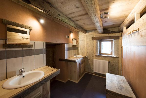 Salle de bain avec 2 lavabos et 2 douches chaudes.
