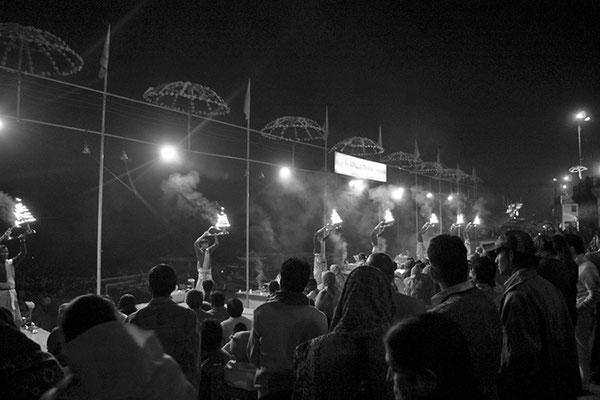 Cérémonie du Puja au bord du Gange - Inde