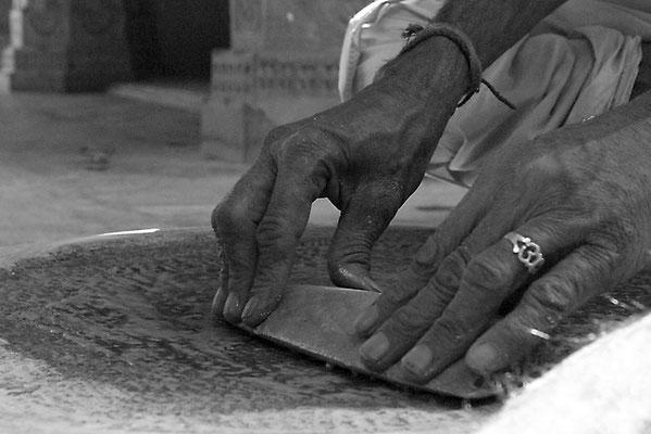 Moine préparant le tilak - Inde