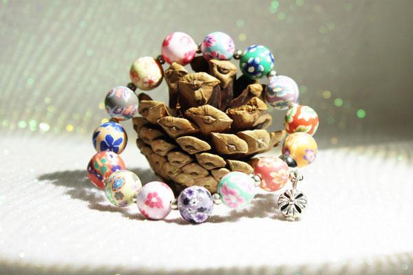 """bracelet perles type """"gomme"""" multicolores, sur nylon élastique. 12€"""