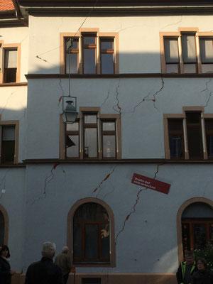 So wie das Rathaus sind mehr oder weniger 270 Häuser von der Erdbewegung betroffen