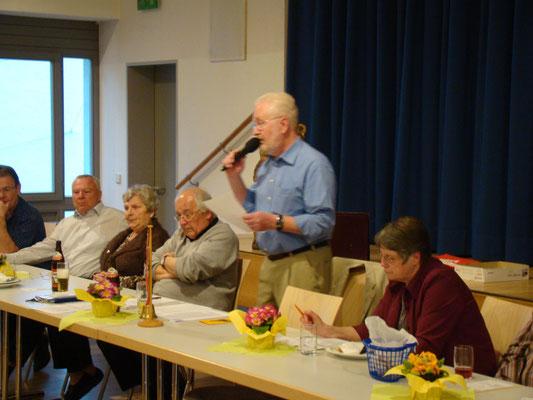 Jürgen Braekow instruiert die Mitglieder