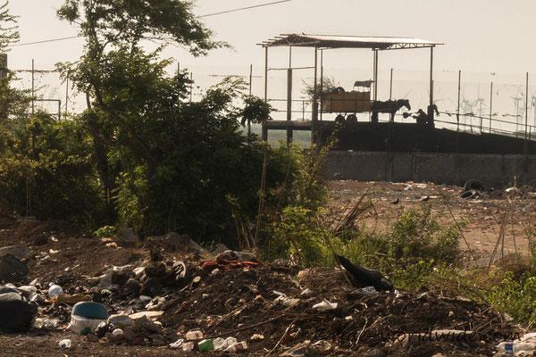 Müllhalde, der Müll wird hier mit Pferdekarren hergebracht