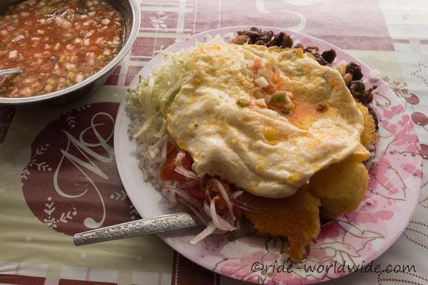Llapingachos oder Tortillas de Papas - Mein Lieblingsessen - Kartoffelküchel mit Reis, Spiegelei, gefratenes Schweinefleisch sowie grünem und rote Beetesalat