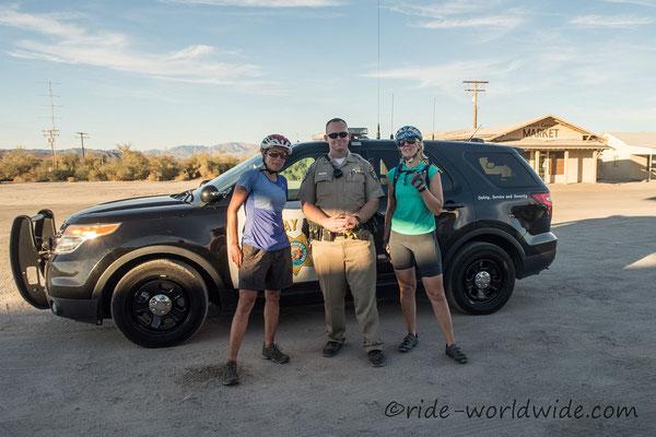 Die Autobahnpolizei, Freund und Helfer...auch für durstige Radler. Danke fürs Flaschen auffüllen Officer K. Harrison