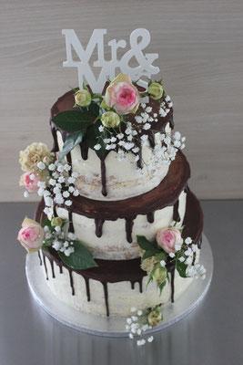 Hochzeitstorte Drip Cake mit echten Blumen