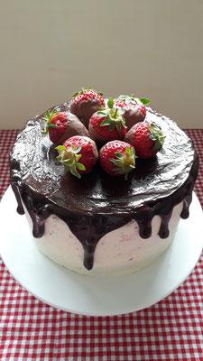 Drip Cake mit Erdbeeren