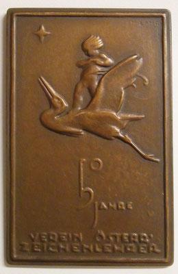 Bronze-Plakette zum 50-jährigen Bestand des Vereins österreichischer Zeichenlehrer. Dieser wurde nach meinen Informationen 1875 gegründet, daher datiert die Plakette von 1925. Signiert mit K. LANG